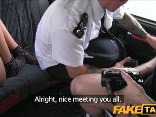 Nadržaný policajt sa pridal k súloži