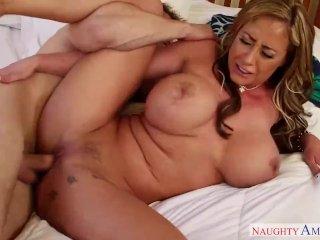 Úžasná prsnatá nevlastná matka sexom nepohrdne