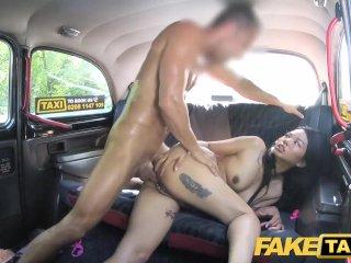 Taxikár si to rozdá s aziatkou v aute