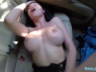 Prsnatá turistika si užíva orgazmus v aute za peniaze