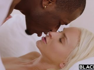 Blondínka si užíva s černochom