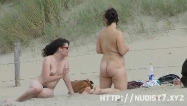 Espiando mujeres desnudas en la playa con levante