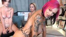Lesbians Threesome on dildo Machine and kissing- Maacams com