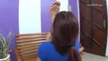 limpando os pés da gata gostosa