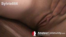 Sylvie666 spielt mit ihrer Vagina