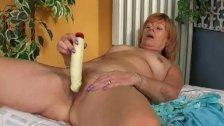 Redheaded granny gives hairy pussy a treat