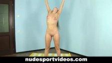 Amateur babe enjoys nude fitness