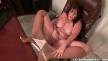 Chubby milf Lauren gives her pussy a treat