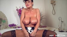 Busty cougar Lisa Ann plays with her pussy