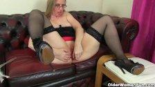 UK milf Sammie pushes a butt plug up her ass