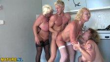Три негра трахают шикарную блондинку