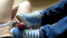 Filho de menor batendo uma de Nike Tn para seu pai até ele gozar