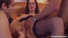 Morena branquinha em um sexo grátis com dois machos