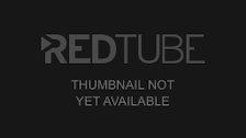 Teeny in roten Strapsen wird von 2 Typen ohne Gummi gefickt