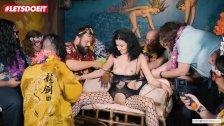 LETSDOEIT - Una puta de 20 años obtiene sexo bondage en una fiesta