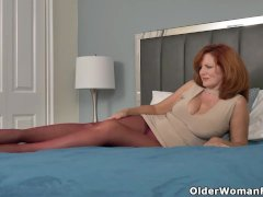 Sultry Cougar Andi James From Florida Fondles Clitoris In Nylons
