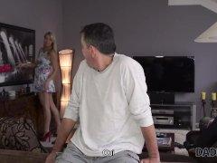 DADDY4K. Después de limpiar la casa, el viejo papá Nikki es follado por el