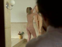 DADDY4K. Die blonde Jennifer Simons kann aus sexuellen Gründen dem alten Ma