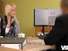 VIP4K. Die schlanke Süße Katy Rose wird von einem Inspektor für schlechte