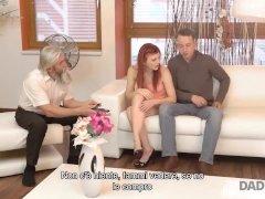 DADDY4K. I programmi TV sono così noiosi che la ragazza decide di cavalcare