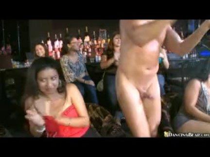 Один голый член и так много девушек