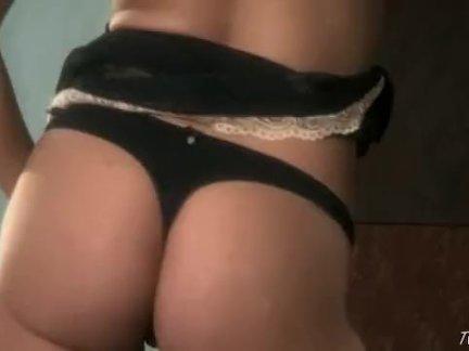 Дамочка сосет хуй курьера и мастурбирует себе пизду