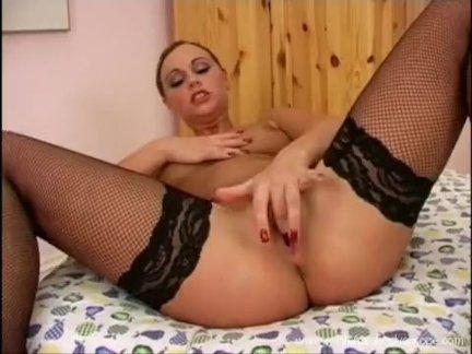 Горячая русская девушка мастурбирует
