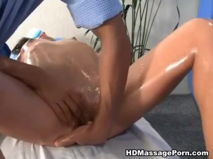 Массаж порно видео с брюнеткой