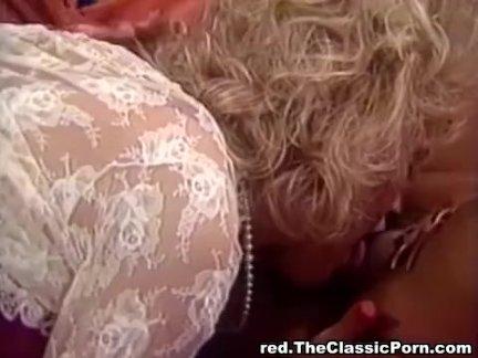 Ретро порно, где лесбиянка кончает от дрочки своей пизденочки