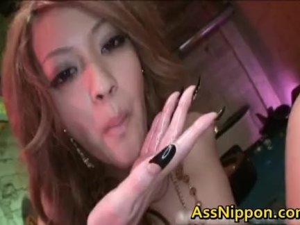 Домашний минет снят на видео от первого лица, красотка жадно берёт в рот большой член
