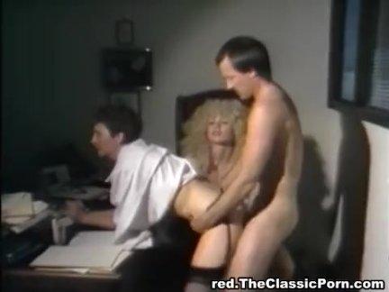 Начальница блондинка вызвала подчинённого для секса в кабинете