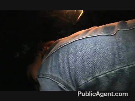 Нежная красоточка втягивает губками пенис кавалера в глотку