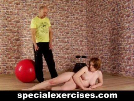 Специальная обнаженная тренировка для рыжей женщины