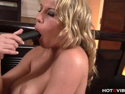 Белокурая молодуха впервые в жизни получает пенис в попочку