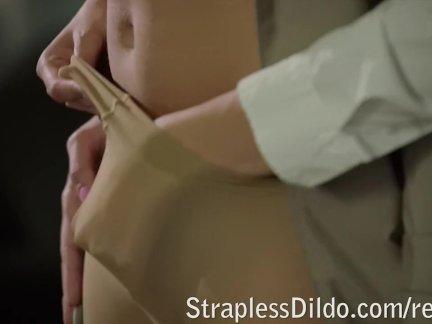 Милашка блондинка скачет на большом пенисе
