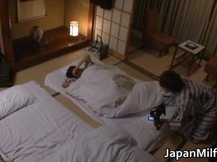 Шатенки развлеклись в постели между прочим
