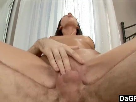 Горячий красавчик трахает жену на полу