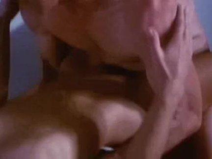 Шлендра работает ртом и титьками