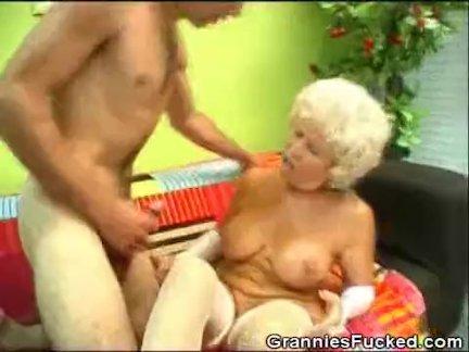 Возбужденный бабуля наездница на жестоко член