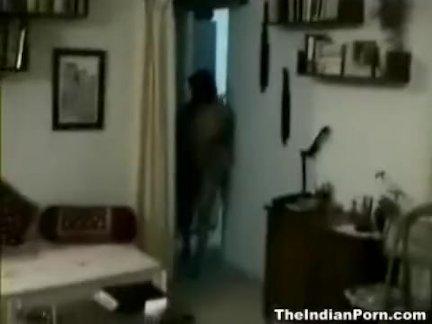 Мужик наяривает развратную девицу с силиконовыми дойками