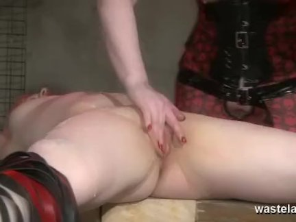 Лесбиянки горячего воска для женского секс-раба