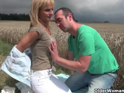 Красивая девушка стонет от наслаждения с парнем