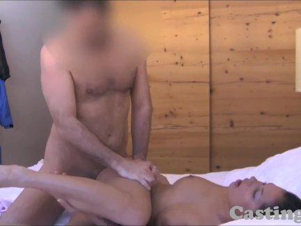 Красивая девушка приезжает к парню с бильярдом для анального секса