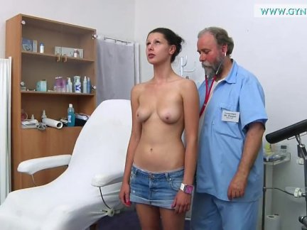 Сучка обожает мужскую сперму и томно ее ждет