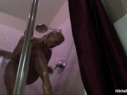 Никита фон Джеймс принимает горячий, влажный душ