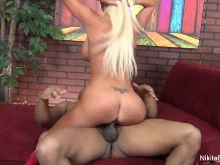 Массивный хуй в большой жопе красивой блондинки