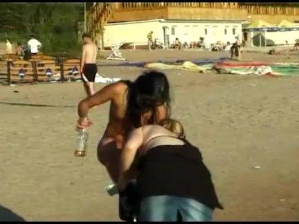 Красивые свежие сталкиваются подросток играет на пляже
