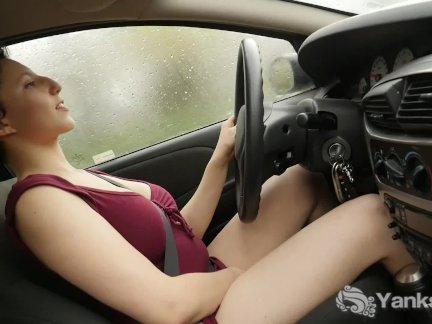грудастая Дженни мастурбирует в автомобиле