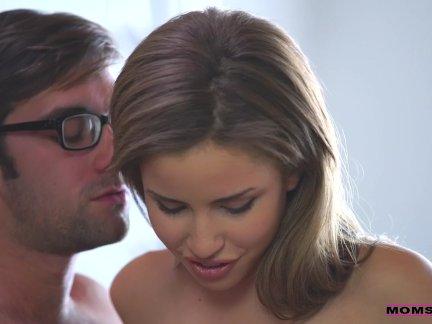 Массажистка целует сиськи леди
