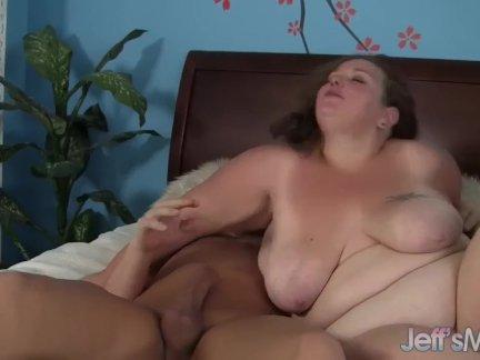 Индивидуальное порно кукла растягивает щелку